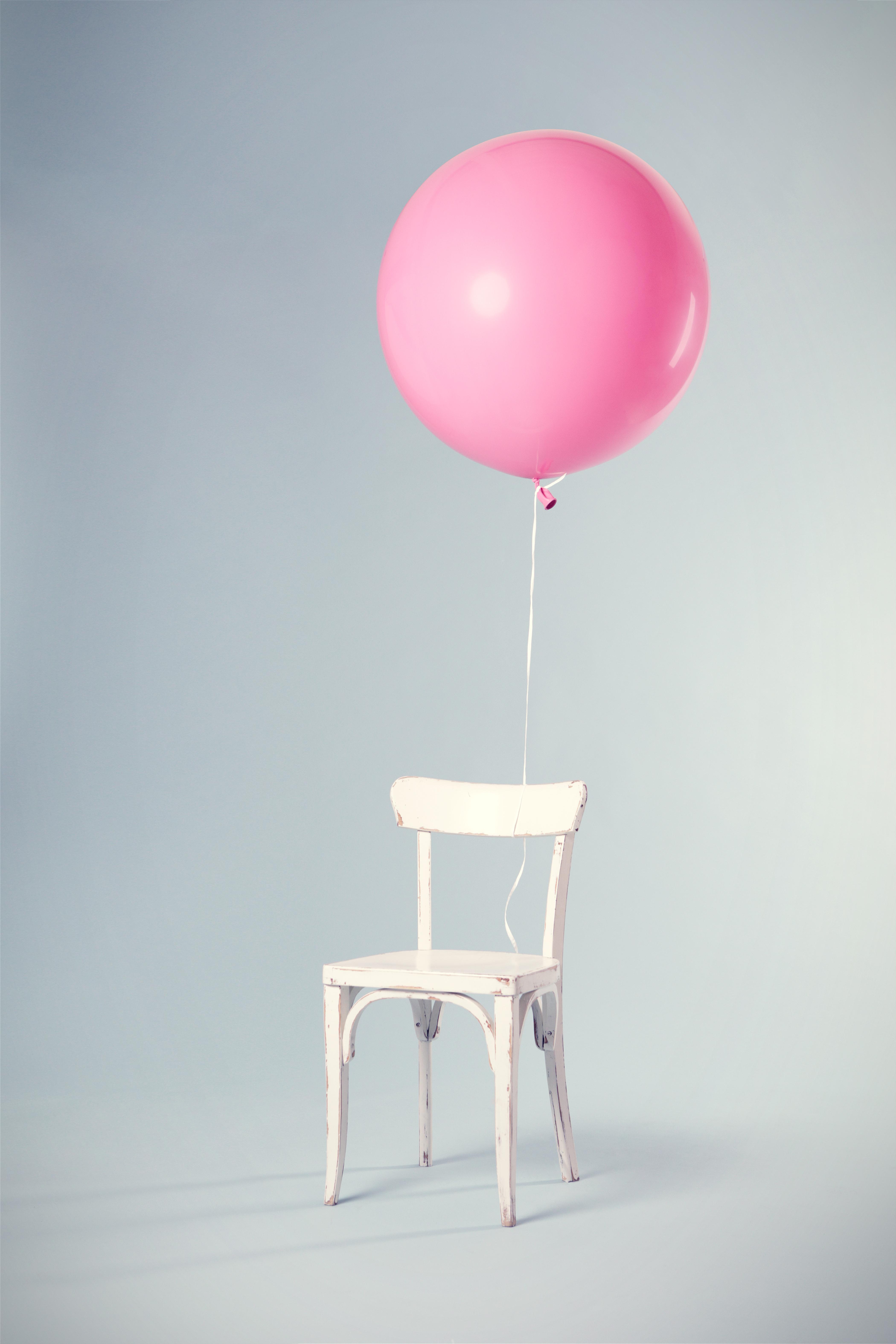 chaise avec un ballon rose